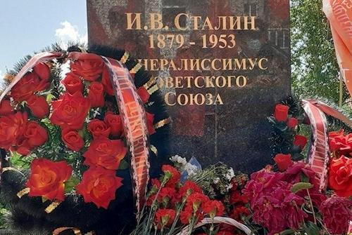 В Нижегородской области глава райкома КПРФ на свои деньги установил памятник Сталину