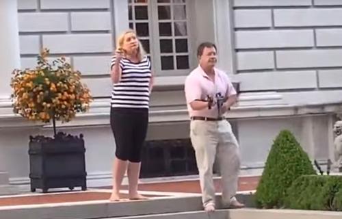 В США семейная пара вышла с армейским оружием против митинга