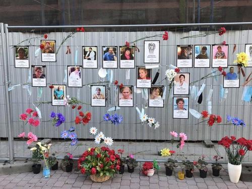 Стихийный мемориал в память о погибших врачах создали у Комитета здравоохранения Петербурга