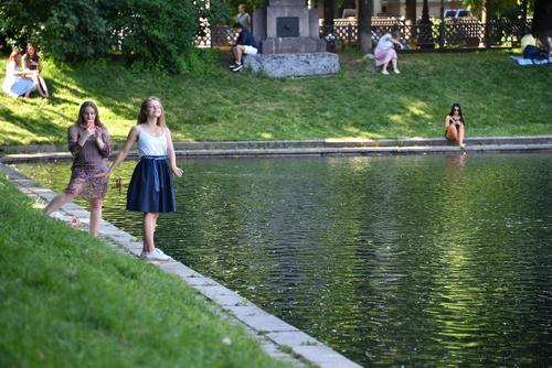 Синоптики сообщили о тёплой, но ветреной погоде во вторник в Москве