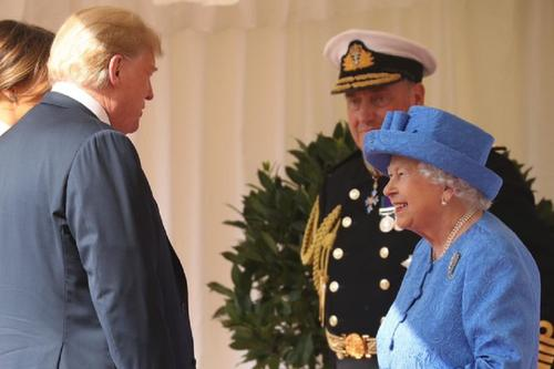 Елизавета II побеседовала по телефону с Трампом