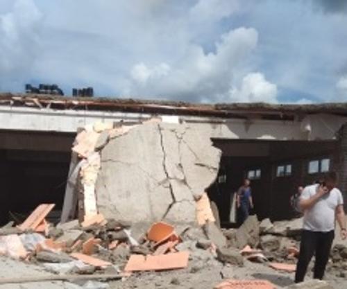 Опубликовано видео с места обрушения стены ТЦ в Кировской области