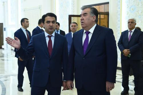 Власти Таджикистана усиливают давление на журналистов перед передачей власти от отца к сыну
