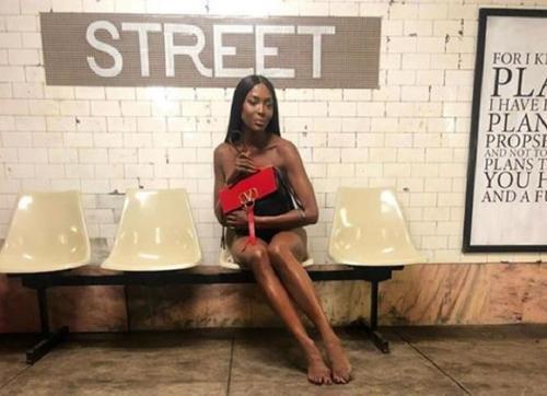 «Черная пантера» Наоми Кэмпбелл показала пикантные фото из метро