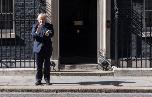 Британский премьер отказался извиняться перед минздравом за стариков