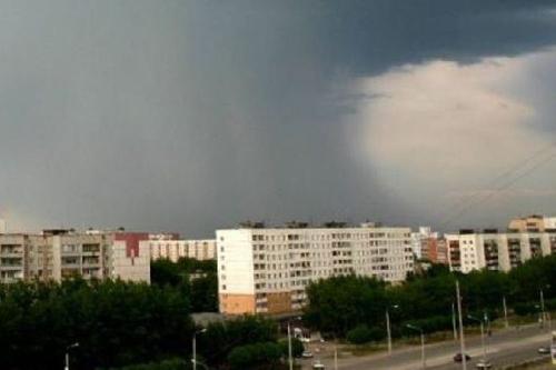 В Костроме ураганный ветер валил деревья и сносил крыши домов