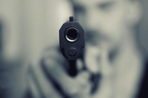 Грабитель открыл стрельбу в банке Петербурга