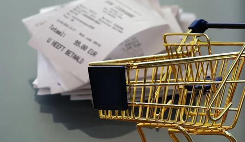 В России могут начать платить гражданам за найденную на магазинных полках просрочку