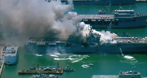 """Пожар на корабле """"USS Bonhomme Richard"""" до сих пор продолжается"""