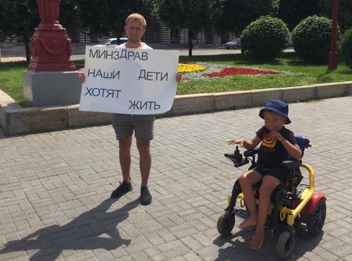 «Что вы тут стоите? Денег нет»: родители детей со СМА из Татарстана вышли с пикетом и нарвались на грубость чиновников