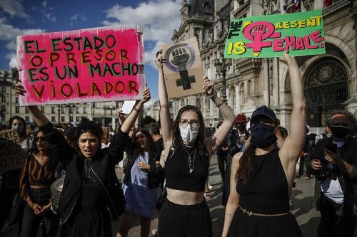 Французские феминистки выступают против министров-насильников