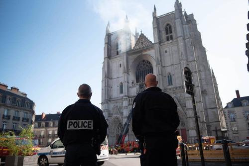 Журналисты: волонтер признался в поджоге собора во французском Нанте