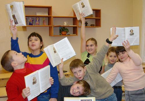 Доктор Мясников объяснил, почему детям необходимо учиться в школе, а не дистанционно