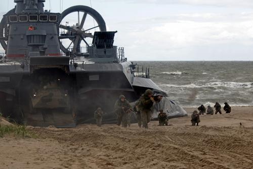 Морпехи Балтфлота провели учебную высадку на берег при поддержке кораблей и авиации