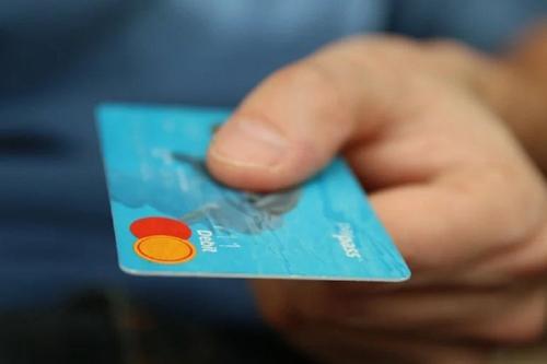 Специалисты не рекомендуют расплачиваться за покупки наличными деньгами
