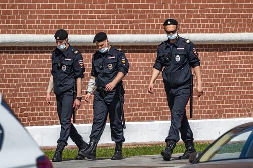 Видео, как в Москве мигранты избили сотрудника полиции и охранника