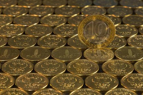 Рубль начал снижение к евро и доллару