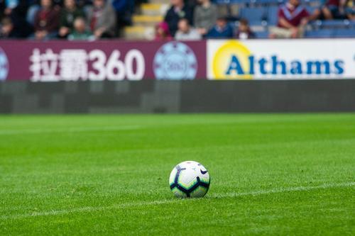 В Англии футболистам запретили кашлять на соперников