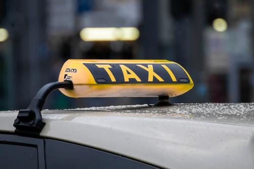 В Екатеринбурге произошло ДТП: такси трижды перевернулось в воздухе