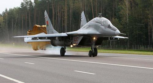 Белорусские ВВС провели военные учения с приземлением на трассе Минск-Брест