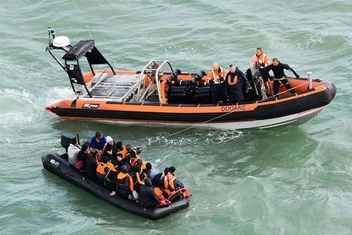 Британский флот блокирует Ламанш, чтобы не пропустить мигрантов на территорию Соединенного королевства