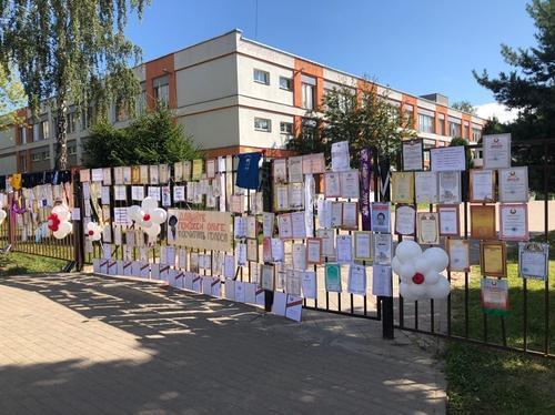 В Беларуси выпускники возвращают грамоты и награды школам, в которых проходили фальсификации результатов выборов