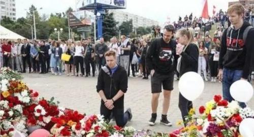 Тысячи людей пришли проститься с погибшим во время акции протеста в Минске Александром Тарайковским