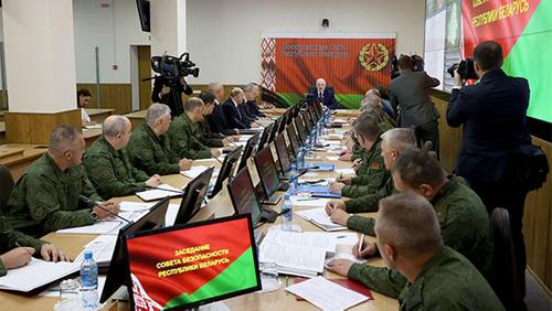 Руководство Белоруссии он никому не отдаст, «ситуацию удержит». Лукашенко провел стратегическое совещание в Минобороны