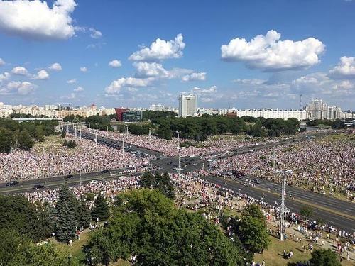 В Минске огромная колонна людей  вышла к зданию КГБ. Они требуют посадить Лукашенко в автозак и освободить политзаключенных