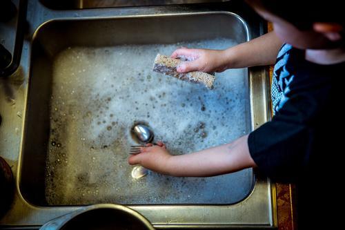 Назван предмет на кухне, который «содержит в 200 тысяч раз больше бактерий, чем на сидении унитаза»