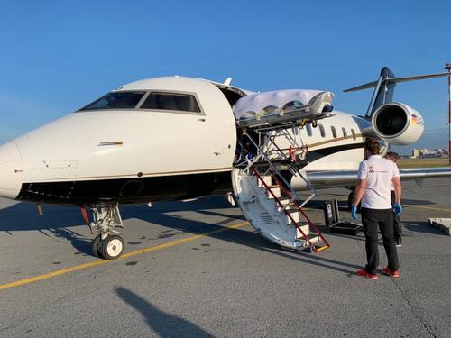 Самолет с Навальным приземлился в Берлине. В полете он находился около 6 часов
