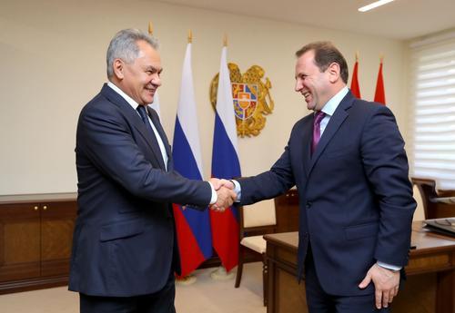 О чем говорили российский и армянский военные министры на встрече