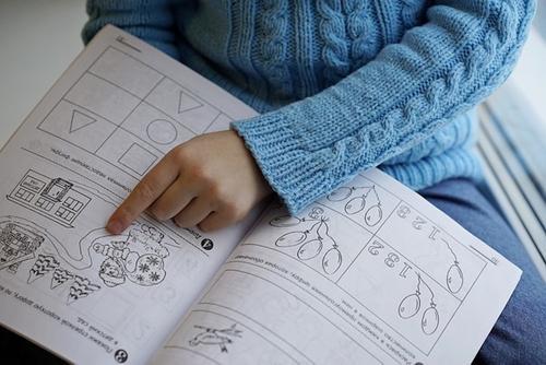 Ученые выявили связь между когнитивными функциями ребенка и доходом семьи