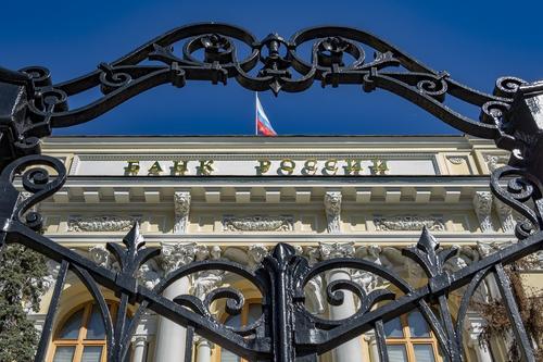 Экономист Михаил Хазин озвучил возможные сроки девальвации российского рубля
