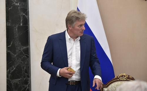 Песков рассказал, почему в Кремле не называют Навального по имени