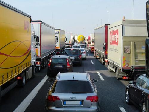 На юго-востоке Москвы произошло ДТП, грузовик насмерть сбил двух пешеходов