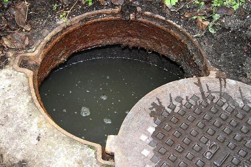 Сотрудники коммунальных служб гибнут в канализационных колодцах