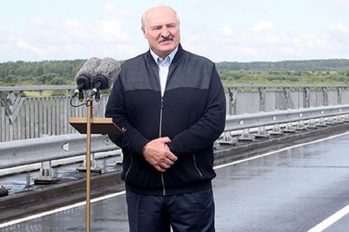 Лукашенко вспомнил, как в 90-е в Белоруссии жгли коктейли Молотова