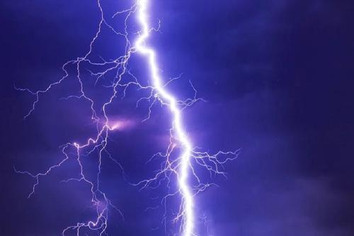 В Камбодже шесть человек погибли после попадания молнии в дом