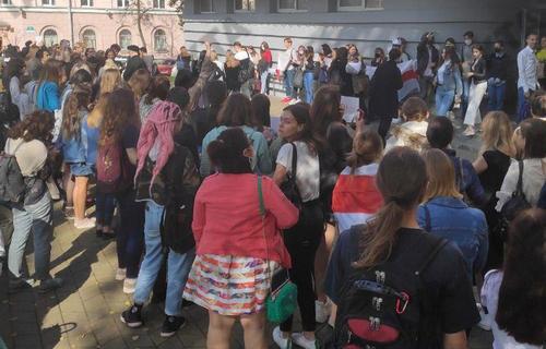 В Минске студенты начали выходить на постинаугурационный митинг