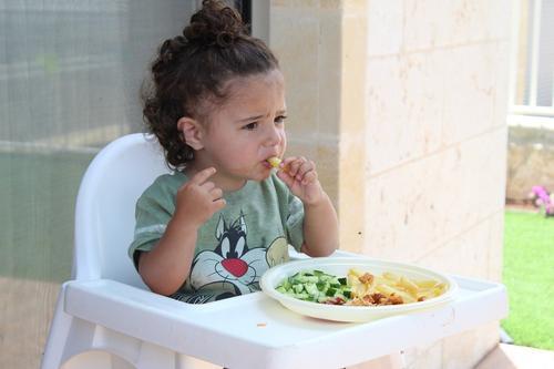 Эксперты назвали последствия ожирения и истощения у детей
