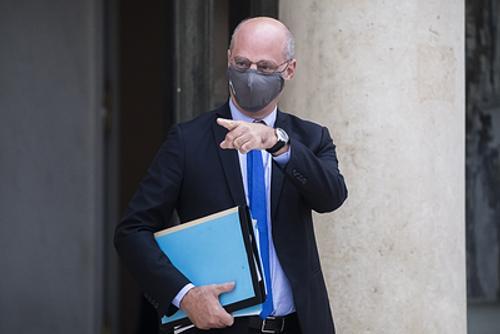 Министр образования Франции возмутил женщин фразой о том, что в школу недопустимо одеваться как в ночной клуб