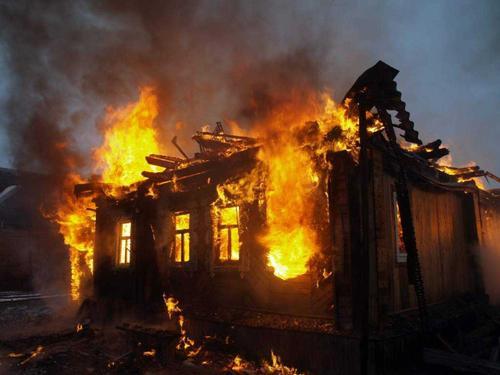 Пригороды Горловки горят после артиллерийского обстрела ВСУ