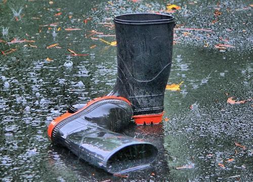 Врач-дерматолог Алексеева предупредила, что дождевики и резиновые сапоги могут нанести вред здоровью