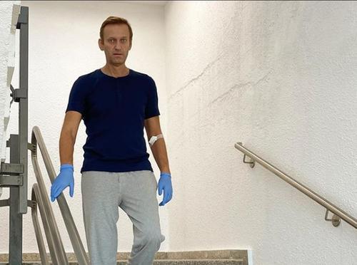 Навальный впервые ответил на вопросы об «отравлении» после выписки из больницы