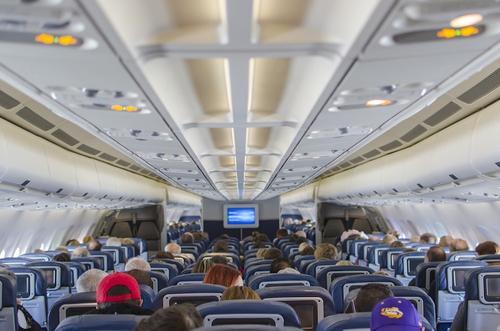 Экс-стюардесса заявила, что использование телефонов на борту не влияет на безопасность полета
