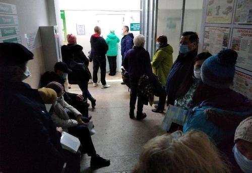 В поликлинике Барнаула во время визита губернатора «спрятали» очередь из больных