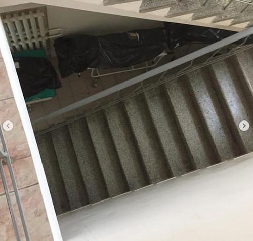 В инфекционной больнице пациенты больше суток лежат в одной палате с трупом, а мешки с умершими два дня валяются под лестницей