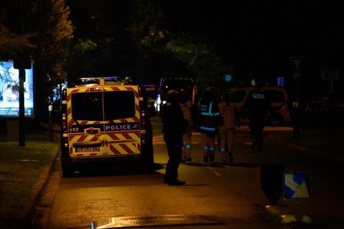 BFMTV: Во Франции задержали родственников предполагаемого убийцы учителя в пригороде Парижа