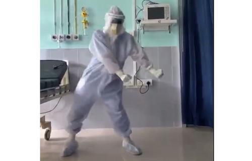 Индийский врач развеселил мир танцами в скафандре